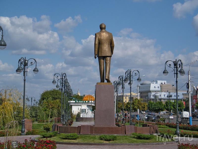 Памятник Гейдару Алиеву в Астрахани, Россия / Фото из России