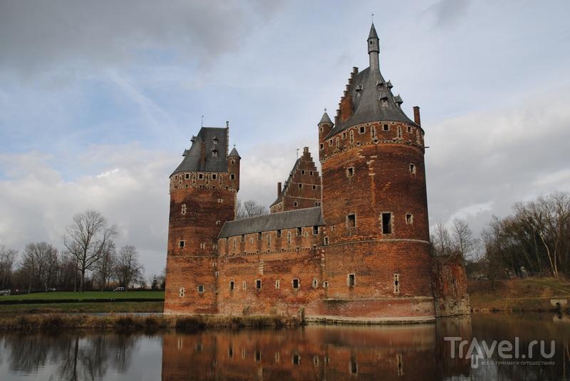 Beersel Castle: фабрика, кирпич и три великанши / Бельгия