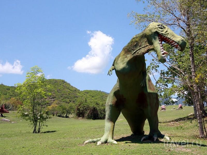 Макеты доисторических животных установлены посреди живописных пальмовых рощ / Куба