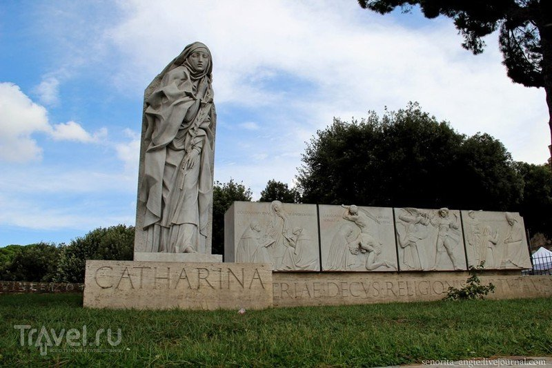 Скульптура Святой Екатерины Сиенской (San Catharina da Siena) в Риме, Италия / Фото из Италии