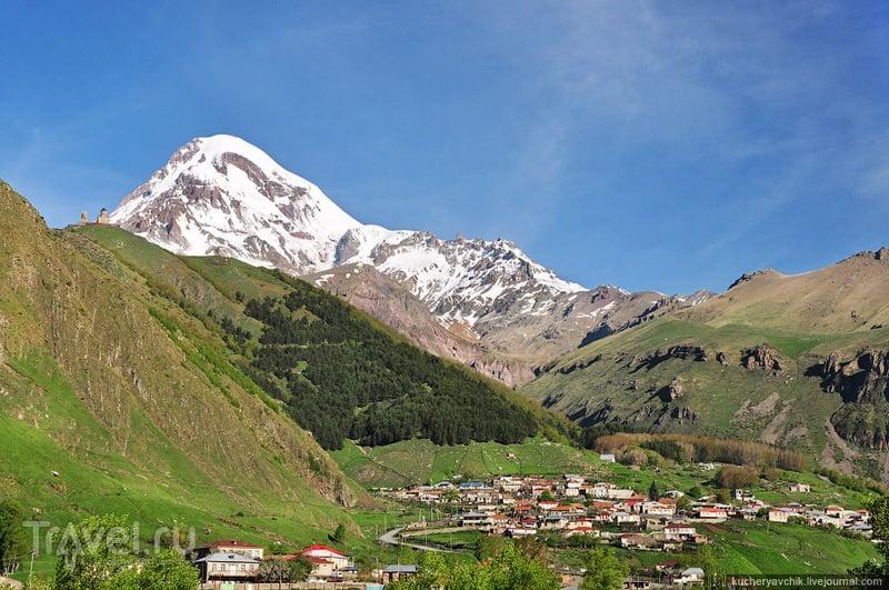 Гора Казбек и посёлок Гергети / Фото из Грузии