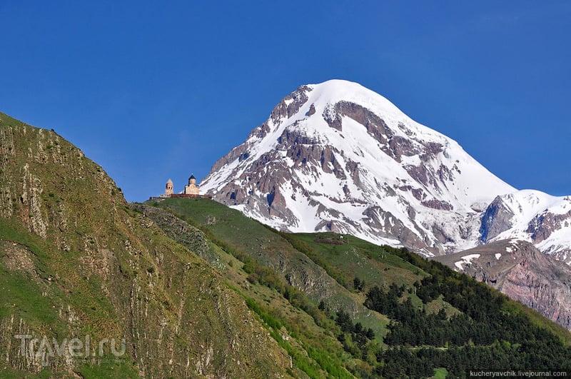 Церковь Троицы Гергети на фоне горы Казбек / Фото из Грузии