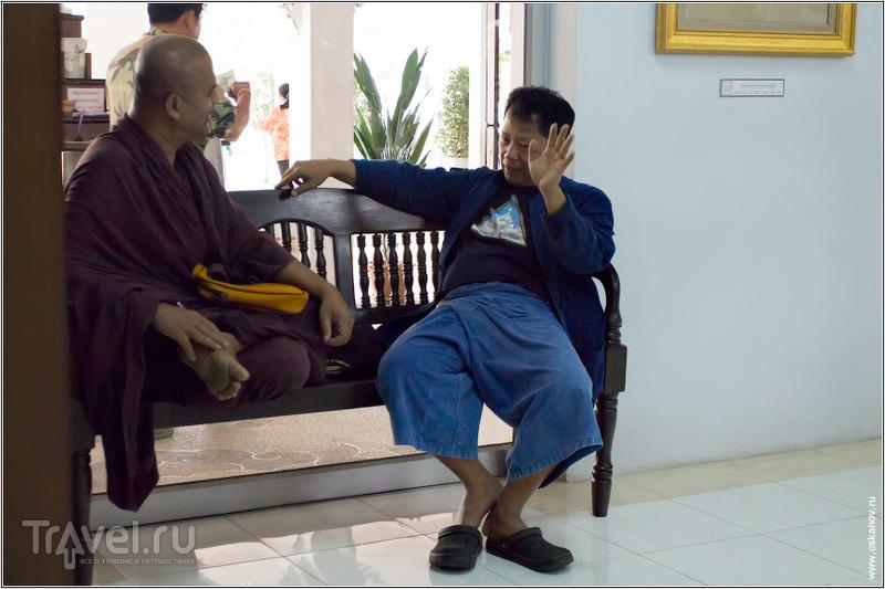 Господин Чалермчай Коситпипат беседует с буддийским монахом / Фото из Таиланда