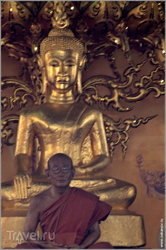 Мы долго спорили - живой это монах или статуя. Он сидел совсем неподвижно. А вы как думаете? / Фото из Таиланда