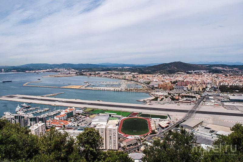 ВПП пересекает автомобильную дорогу / Гибралтар (Брит.)