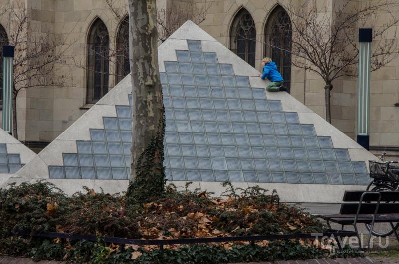 Пирамида рядом с собором Святой Елизаветы / Фото из Швейцарии