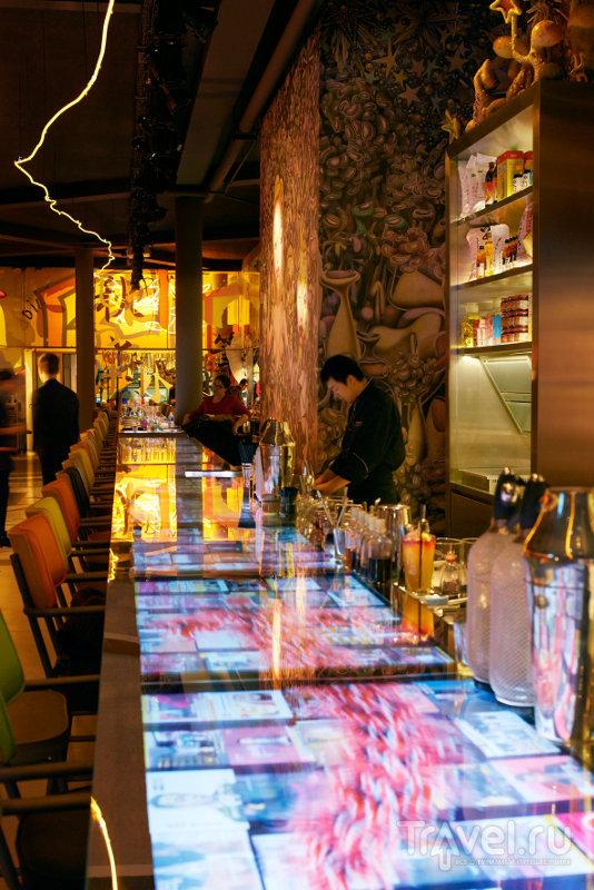 Барная стойка выполнена из плазменных экранов / Франция