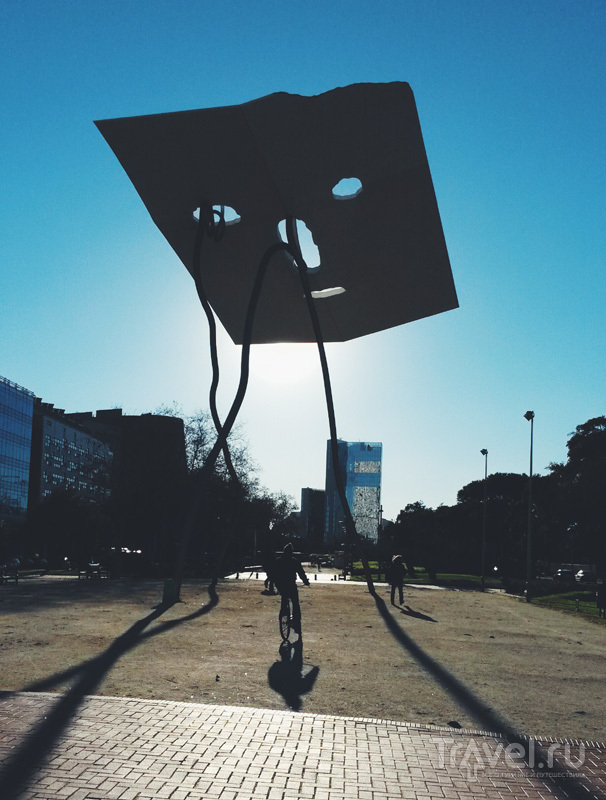 Памятник Давиду и Голиафу недалеко от пляжа Барселоньеты в Барселоне, Испания / Фото из Испании