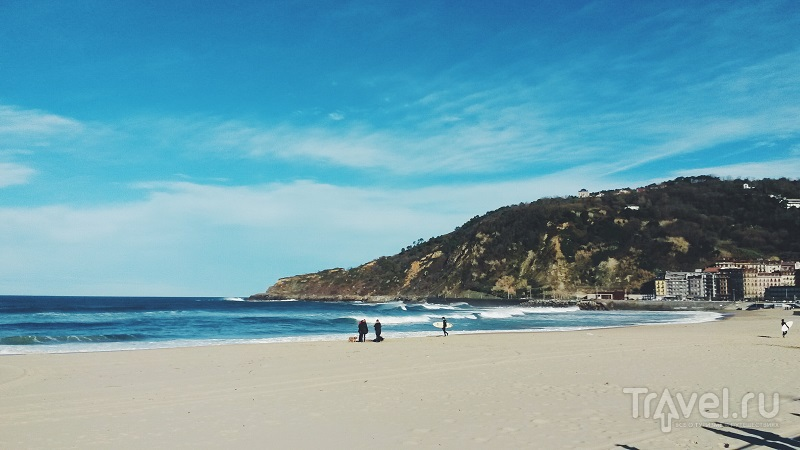 На пляже Зуриола в Сан-Себастьяне, Испания / Фото из Испании