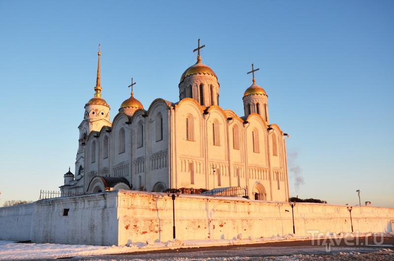 Успенский собор в лучах зари: на фоне ярко-голубого неба сияющие золотом купала и белый камень смотрится невероятно красиво и торжественно / Фото из России