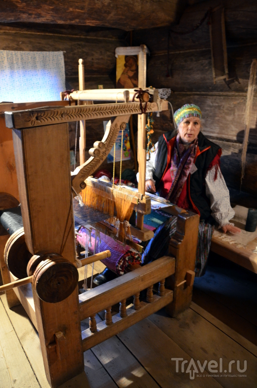 Сотрудница музея деревянного зодчества показывает, как работает прядильный станок / Фото из России