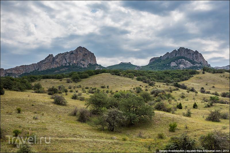 Предгорья Карадага: горы Пилотка и Илкма-Кая в Крыму / Фото с Украины