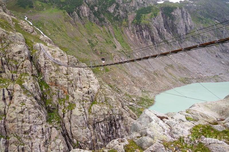 Мост Трифт протянут над одноименным озером  на высоте 100 метров / Швейцария