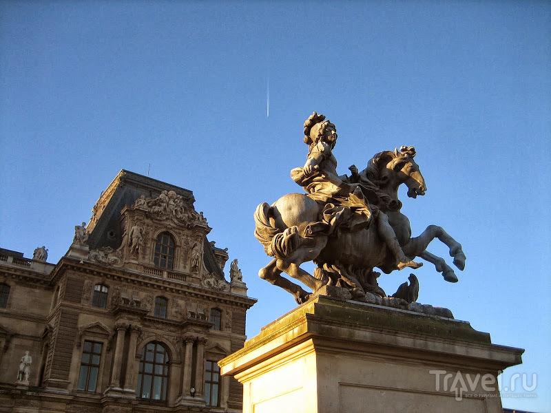 Париж. Пирамида Лувра / Франция
