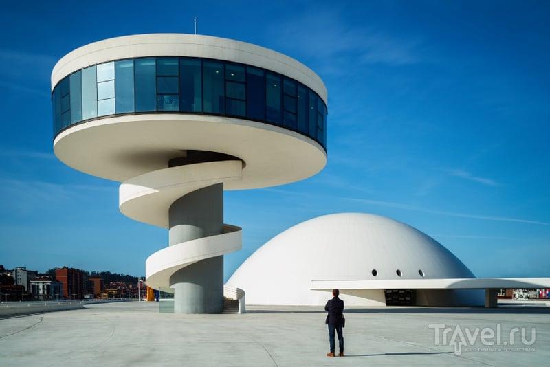"""Культурный центр, построенный Оскаром Нимейером, туристы называют """"городом будущего"""" / Испания"""
