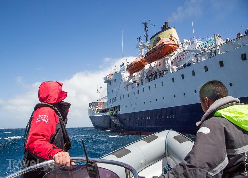 RMS St.Helena - пассажирский корабль, связывающий безаэродромные колонии c большой землёй / Фото с острова Святой Елены