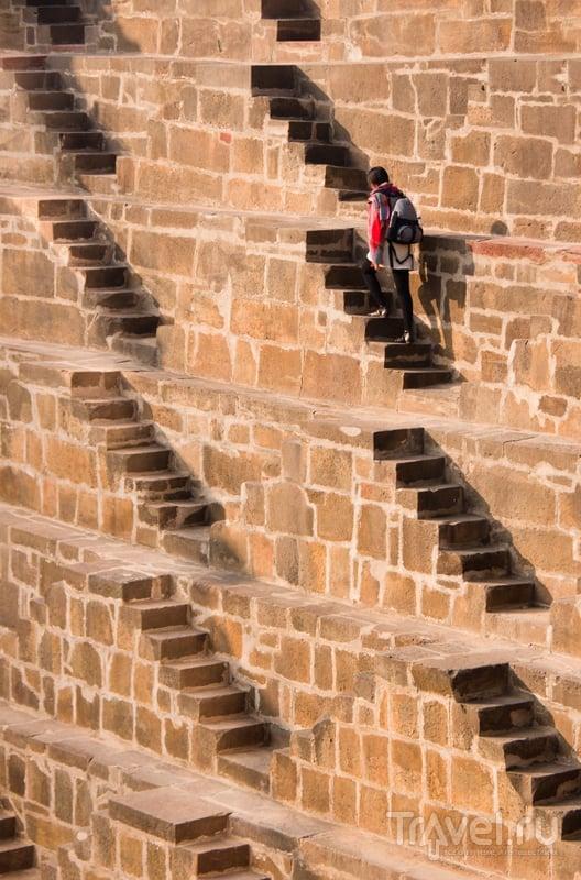 При подъеме и спуске туристам нужно быть очень осторожными - ступени не имеют ограждений.  / Индия