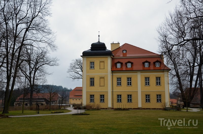 Дворец в Ломнице: в главном здании располагается музей, в соседнем флигеле - отель. / Фото из Польши