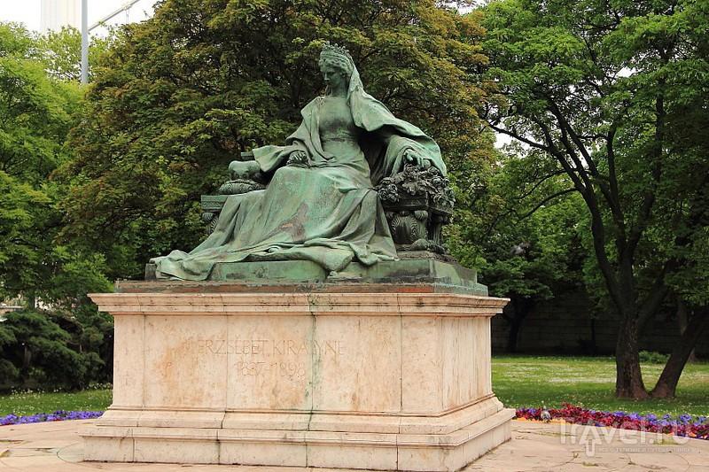 Королева Эржебет в парке Буды / Фото из Венгрии