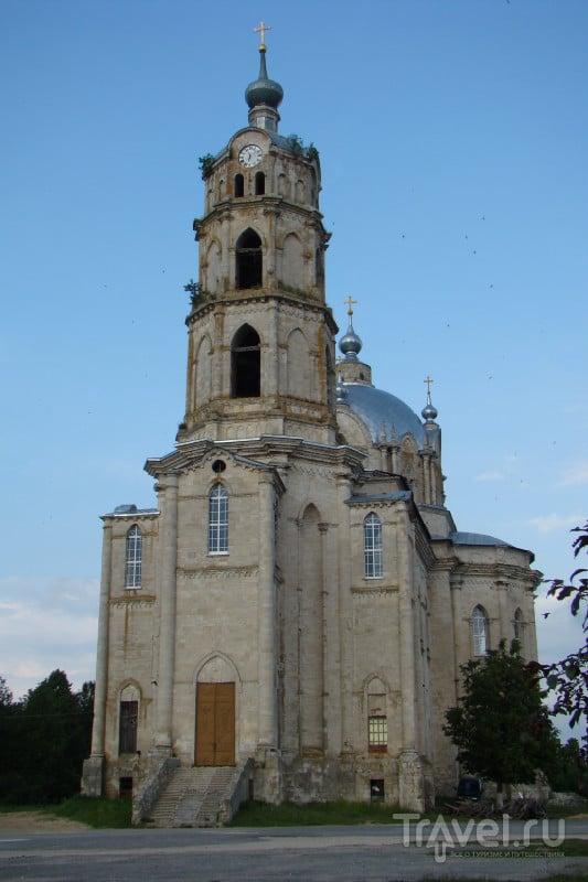 В западной части собора возвышается башня-колокольня с часами. / Россия