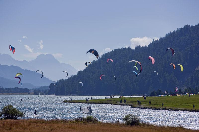 Кайтеры на озере Сильваплана / Швейцария