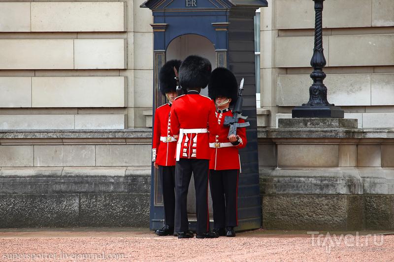 Лондон. Смена караула у Букингемского дворца / Великобритания