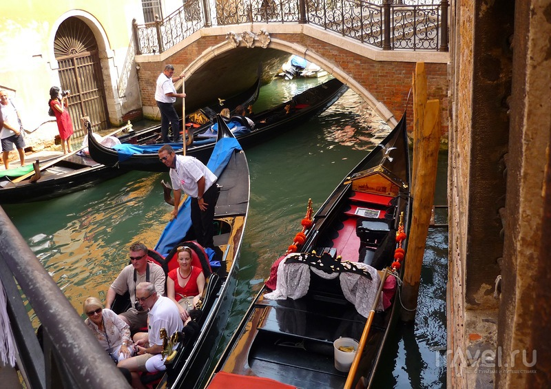 Венецианский гондольер - один из  главных символов Венеции / Италия