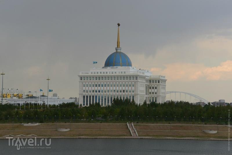 По ту сторону от башни Чупа-Чупс / Фото из Казахстана