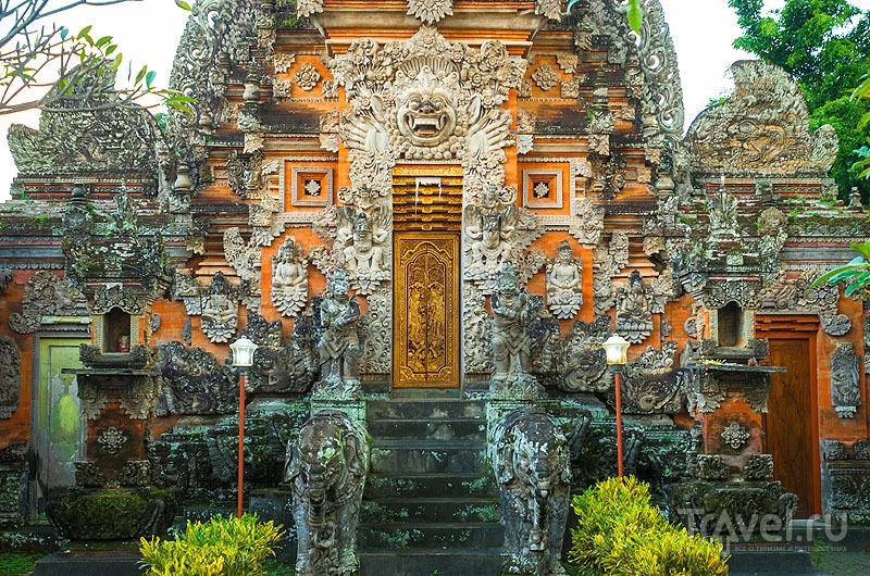 Храмовая резьба в Пура-Бесаких / Индонезия