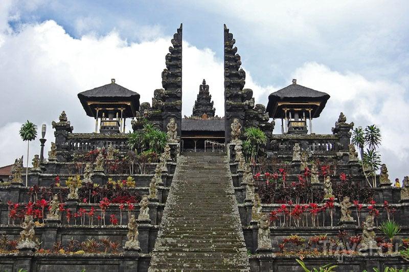 Парадный вход в Пура-Бесаких / Индонезия