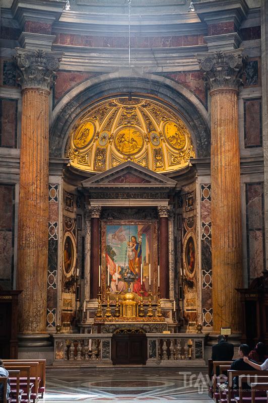 Религиозная пряжка на итальянском сапожке / Ватикан