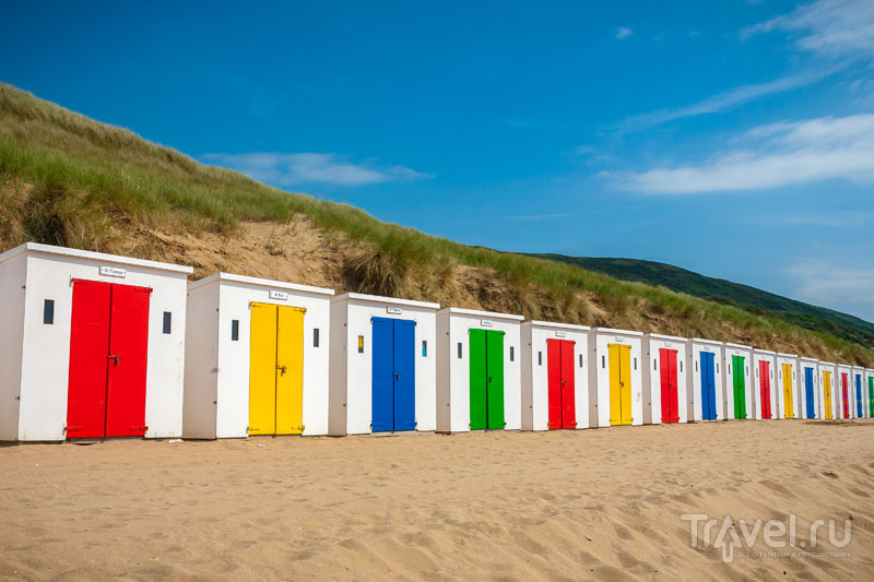 Домики - символ пляжа Вулакомб / Великобритания