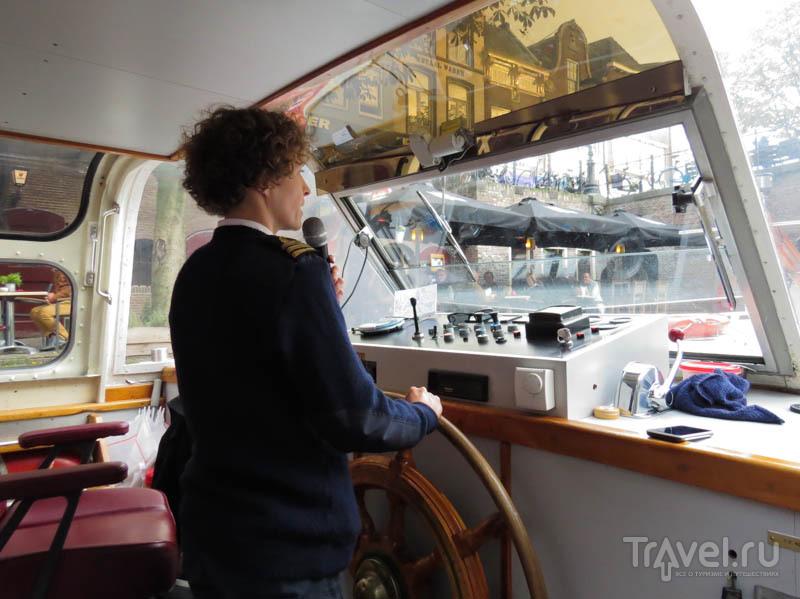 Капитан-экскурсовод на канале в Утрехте, Нидерланды / Фото из Нидерландов