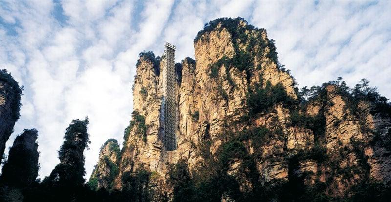 Лифт Байлонг - один из популярных аттракционов парка Чжанцзяцзе / Китай