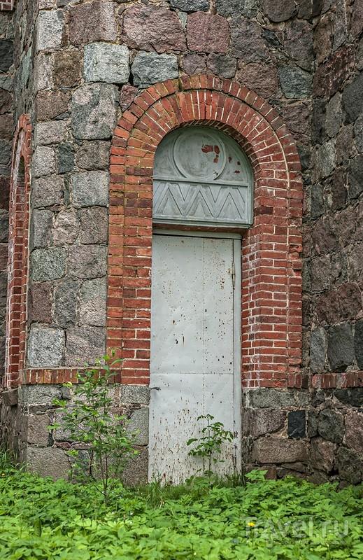 Проезжая мимо - заброшенный храм... / Эстония