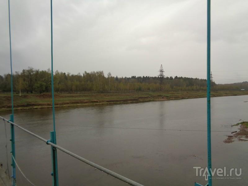 Подвесной мост в селе Каринское Московской области / Россия