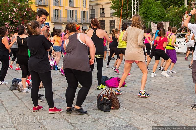 Зажигательная Zumba в г. Комо. Танцуют все! / Фото из Италии