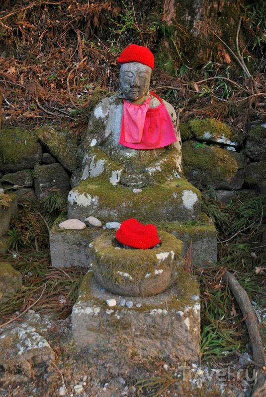 Зачем статуям красные шапочки? / Япония
