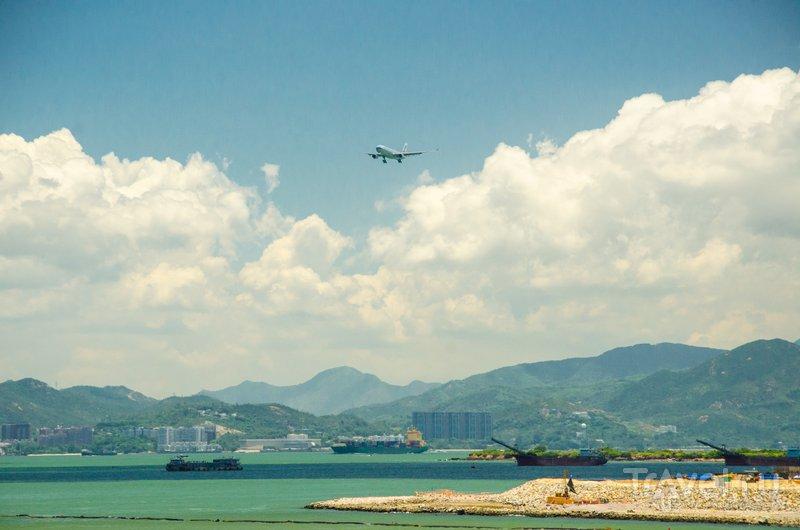 Самолеты садятся на воздушную полосу, расположенную в нескольких метрах от берега / Фото из Китая