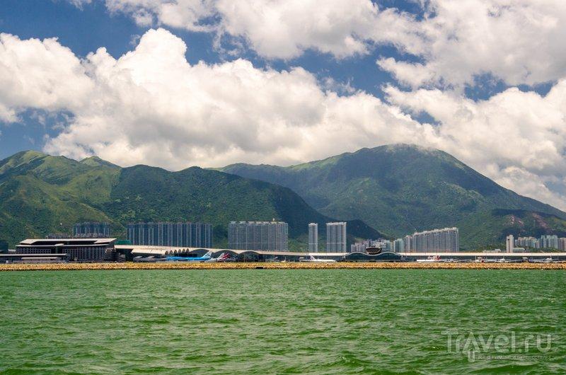 Вид с палубы на аэропорт и небоскребы / Фото из Китая