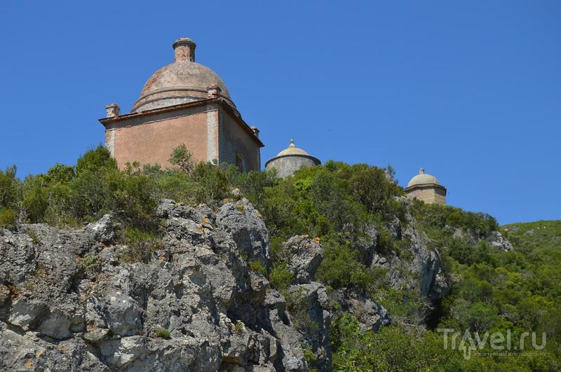 Район Portinho de Arrabida и мавританская крепость над Сесимброй / Фото из Португалии