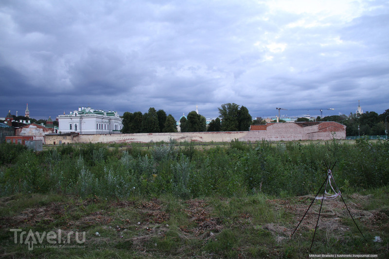 Огромный пустырь около Кремля / Россия