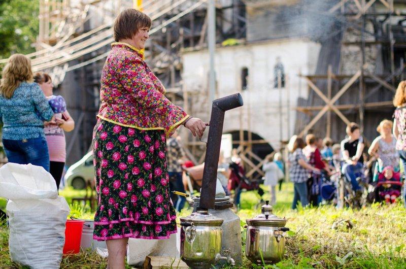 Чай на празднике заваривают в самом настоящем самоваре / Фото из России