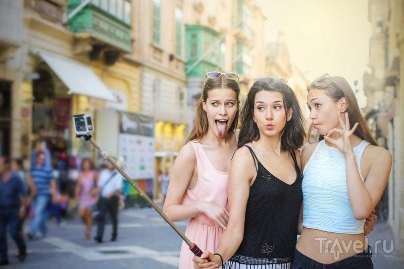 Судя по данным опросов, мода на селфи ужасно раздражает остальных туристов