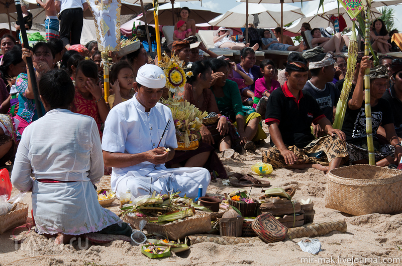 Что делают эти люди?! или балийская пляжная церемония / Индонезия