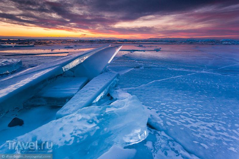 Байкальский лед, окрашенный лучами солнца / Россия