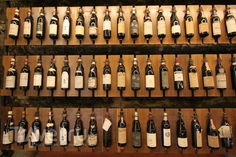 Много бутылок. Винных, в Barolo / Италия