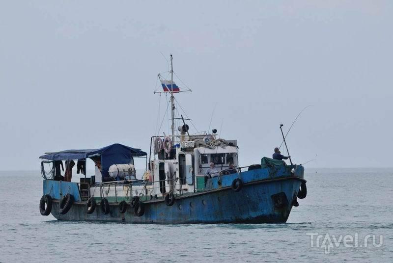 Рыбацкая лодка недалеко от Сочи / Россия