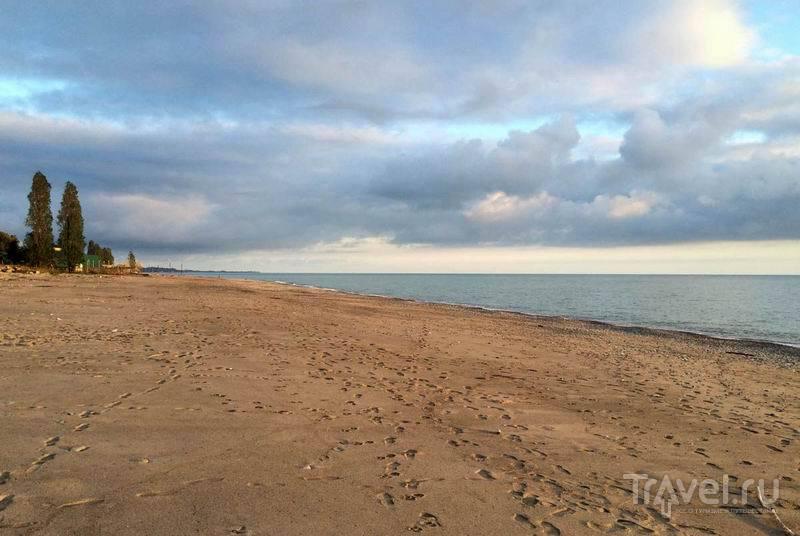 Песчаный пляж в Сухуме  / Россия