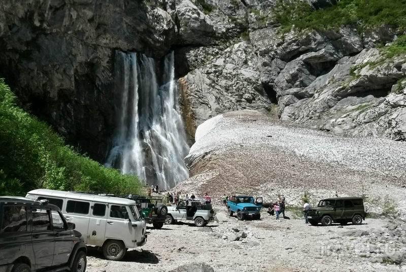 Гегский водопад частично скрыт большим «сугробом» снега / Россия